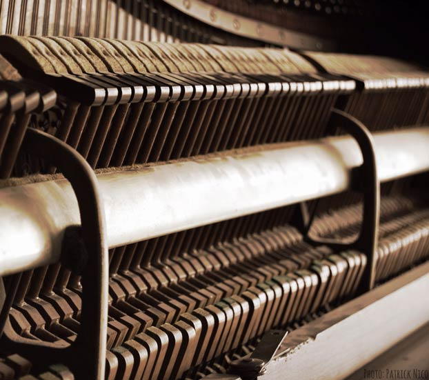inside of a upright piano